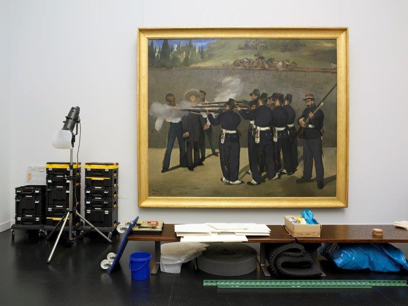 img_Arno Gisinger, *Gespenstergeschichten*, historische Ausstellungsräumlichkeiten der Kunsthalle Mannheim während des Umbaus, Edouard Manet, Die Erschiessung des Kaisers Maximilian, Farbfotografie 2017