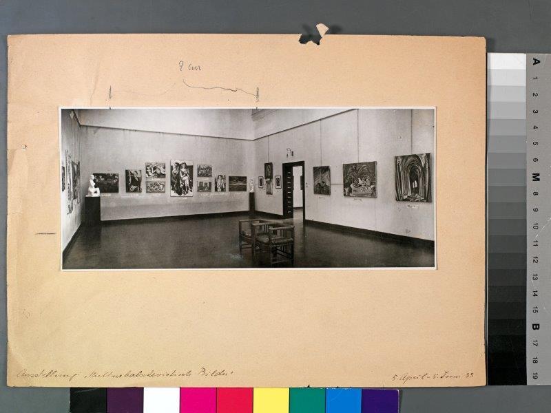 img_Arno Gisinger, *Gespenstergeschichten*, Archivblatt der Ausstellung Kulturbolschewistische Bilder (1933) auf Reprobank, Farbfotografie 2017 © Arno Gisinger / Kurt Schneyer