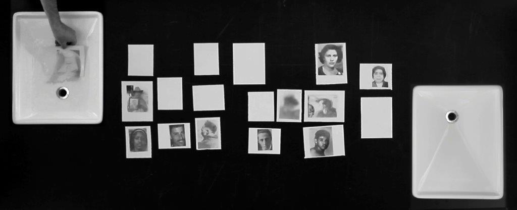 img_Oscar Muñoz, *Sedimentaciones*, 2011 Videoinstallation, 40 Min., Tische © Oscar Muñoz, courtesy Oscar Muñoz und Mor Charpentier, Paris