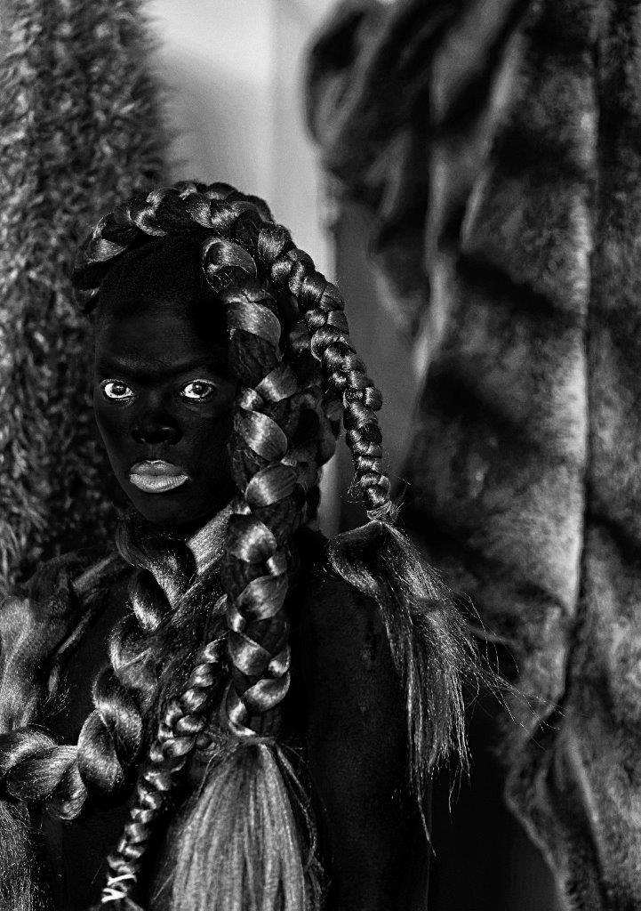 img_Zanele Muholi, *Bakhambile*, Parktown, 2016 aus: *Somnyama Ngonyama (Zulu: Heil der schwarzen Löwin)*, Silbergelatineabzug, 80 x 60 cm © Zanele Muholi, courtesy Zanele Muholi / Wentrup, Berlin / Stevenson, Cape Town, Johannesburg / Yancey Richardson, New York