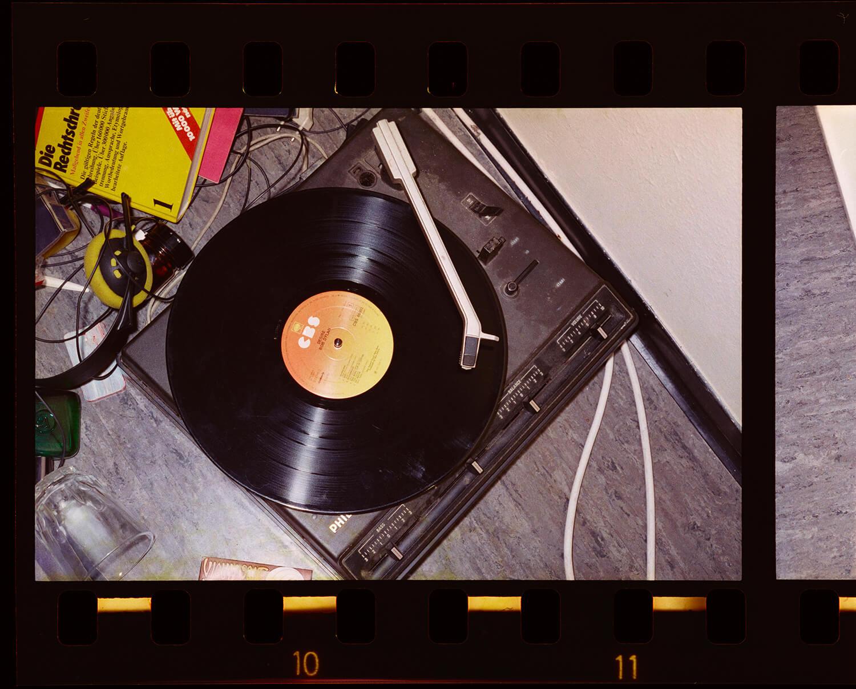 img_Arwed Messmer Stammheim # 12, 1977/2016 [Plattenspieler von Gudrun Ensslin] aus: RAF – NO EVIDENCE / KEIN BEWEIS, © Arwed Messmer, unter Verwendung einer Fotografie des Landesarchiv Baden-Württemberg